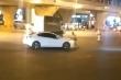 Clip: Chạy ngược chiều bị chặn đầu, tài xế ô tô nhấn ga đẩy lùi CSGT rồi bỏ chạy