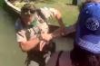 Bị nhắc nhở giãn cách xã hội, du khách đẩy nhân viên công vụ rơi xuống hồ