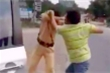 Vi phạm giao thông bị lập biên bản, nam thanh niên dọa đốt xe, cầm mũ bảo hiểm đánh CSGT