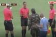 Video: Quân đội vào sân đưa 2 cầu thủ mắc COVID-19 ra ngoài