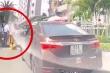 Clip: Tài xế ô tô túm tóc, hành hung người phụ nữ đi xe máy sau va chạm