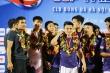 Đồng đội dìu Duy Mạnh lên bục nhận huy chương lịch sử của Hà Nội FC