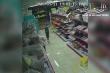 Video : Mẹ xúi con nhỏ trộm điện thoại trong cửa hàng giầy dép