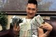 Huấn 'Hoa Hồng' khoe tiền đô trước khi bị đưa đi cai nghiện