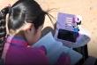 Video: Bé gái 9 tuổi học trực tuyến giữa sa mạc Mông Cổ