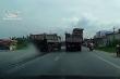 Xe tải vượt ẩu va chạm xe khác, người đi xe máy thoát nạn
