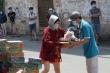 Video: Tiếp tế lương thực cho người dân trong khu cách ly ở tâm dịch Gò Vấp