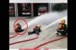 Vòi nước quá mạnh kéo tuột chàng lính cứu hoả