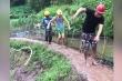 Chết cười xem 3 thanh niên ngã oành oạch trên đường trơn