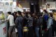 Ảnh: Người dân TP.HCM lỉnh kỉnh đồ đạc, xếp hàng dài mua vé ở Bến xe miền Đông