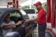 Tiền mất giá, người dân Venezuela dùng kẹo, thuốc lá...mua xăng
