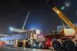 Video: Cận cảnh lắp đặt phiến dầm 70 tấn ở công trường đường trên cao 5.000 tỷ đồng