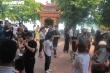 Trăm người đội nắng cả tiếng đợi vào lễ Phủ Tây Hồ ngày Rằm tháng Bảy
