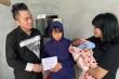 Thanh Lam - Tùng Dương trực tiếp tặng tiền mặt cho các hộ gia đình ở Hà Tĩnh