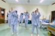 Video: Nữ tiếp viên hàng không lạc quan nhảy 'Vũ điệu rửa tay' trong khu cách ly
