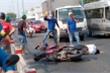 Ngã xe khi bị truy đuổi, 2 kẻ cướp giật túi xách nguy kịch