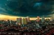Hà Nội mây đen vần vũ, trời sầm sập đổ mưa, không khí trở nên dịu mát
