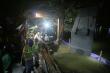 Video: Công nhân xuyên đêm kè bờ hồ Gươm bằng bê tông nguyên khối