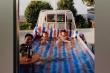 Dân mạng 'like' kịch liệt ông bố chiều con, biến xe tải thành bể bơi