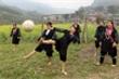 Xem phụ nữ Mông bản Cát Cát đi chân đất, đá bóng điệu nghệ
