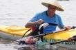 Ảnh: Khách Tây chi 10 USD để được chèo thuyền vớt rác trên sông Hoài