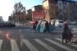 Video: Người đàn ông dũng cảm ngăn xe ba gác gây tai nạn ở ngã tư