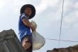 Ảnh: Dân Quảng Nam xúc cát, bơm nước gia cố nhà cửa đón bão số 9