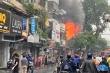 Nhà 2 tầng ở phố cổ Hà Nội bốc cháy dữ dội dưới trời mưa