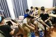 Giữa đại dịch COVID-19, hàng chục nam nữ thanh niên vẫn ăn nhậu, hít bóng cười