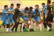 Video: Cầu thủ Indonesia lao vào hành hung, đạp vào đầu trọng tài