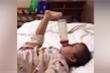 Clip em bé dùng chân uống sữa cực điệu nghệ