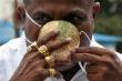 Doanh nhân Ấn Độ đeo khẩu trang vàng chống COVID-19
