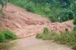 Dỡ rào chắn đi qua khu vực nguy hiểm, hai thanh niên suýt bị sạt lở núi vùi lấp