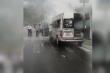 Xe 16 chỗ bốc cháy trên đường đi đón dâu ở Sơn La