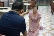 Không chỉ bắt quỳ, chủ quán nướng ở Bắc Ninh còn cầm dép tát vào mặt cô gái