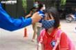 Ngày đầu đi học lại, học sinh đến trường từ 6h sáng xếp hàng đo thân nhiệt