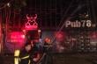 Quán bar bốc cháy dữ dội lúc rạng sáng, 50 chiến sĩ căng mình dập lửa