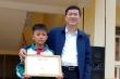 Giám đốc Sở GD&ĐT Nghệ An tặng giấy khen cho nam sinh nhặt được vàng trả người đánh mất