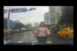 Cô gái tự lao vào ô tô để ăn vạ