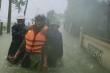 Ảnh: Công an Hà Tĩnh dầm mình trong mưa lũ cõng dân đến nơi an toàn