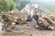 Điện Biên: Mưa lớn kéo dài, nhiều khối đá khổng lồ lăn xuống đường gây ùn tắc