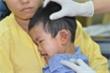 Thương tâm bé trai bị xe máy chở tôn cứa đứt ngang tai
