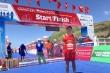 Ông Đoàn Ngọc Hải tặng tiền cho nhà vô địch Tiền Phong Marathon