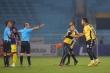 Video: Ban huấn luyện, cầu thủ Hà Nội FC 'quây' trọng tài ngay khi hết hiệp 1