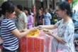 Người già, trẻ nhỏ, bà bầu xếp hàng mua bánh trung thu ở cửa hàng 'hot' nhất Thủ đô
