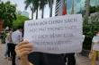 Việt Úc tận thu học phí: Phụ huynh dãi nắng căng băng rôn chờ đối thoại