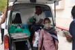 COVID-19 ở Ấn Độ: Bố không ngơi tay bơm oxy, mẹ hết nước mắt nhờ cứu con gái