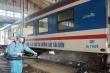 Cảnh khử trùng  đoàn tàu trước khi chở khách ở ga Sài Gòn