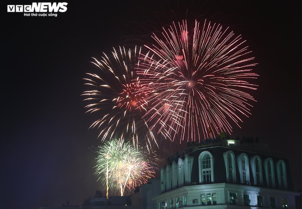 Pháo hoa rực sáng bầu trời, cả nước đón chào năm mới 2021 - 2