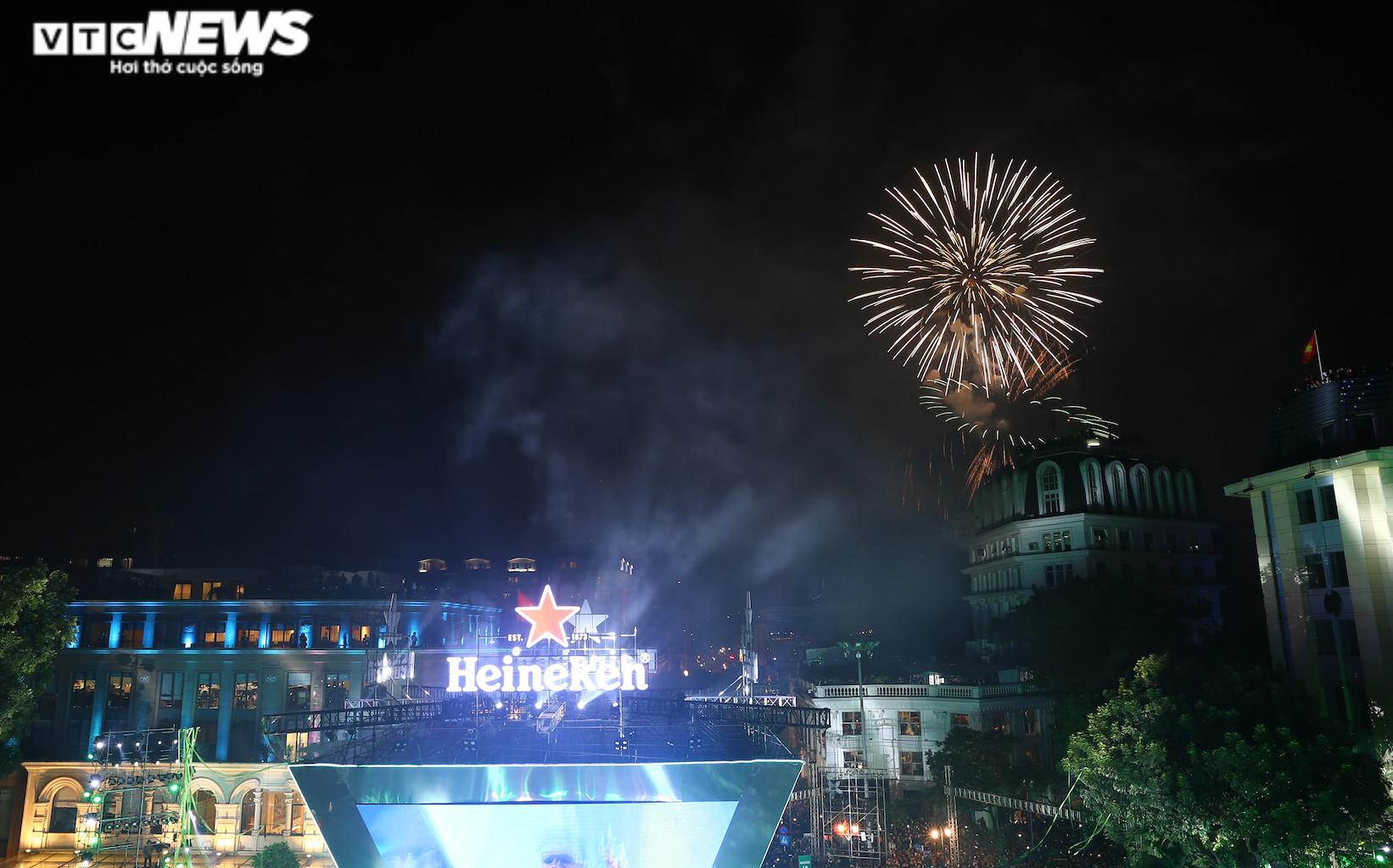 Pháo hoa rực sáng bầu trời, cả nước đón chào năm mới 2021 - 3